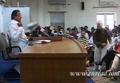 扔鞋事件重演 印内政部长遭飞鞋袭击 Journalis