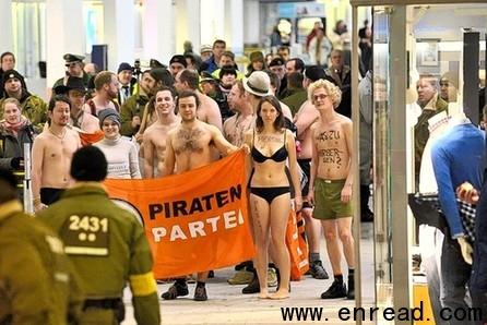 """德国海盗党""""裸聚""""抗议""""裸检""""图片"""