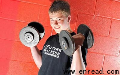 英国12岁男孩举重140公斤
