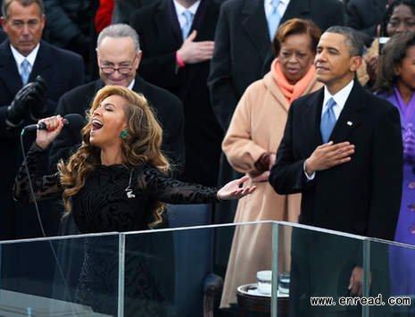 场演唱美国国歌的