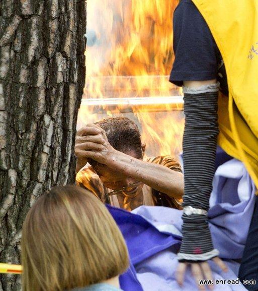 韩国一名老年人周三在首尔日本大使馆前抗议自焚